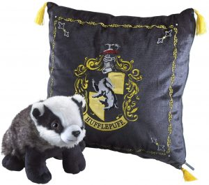 Peluche de cojín de Hufflepuff con tejón de 34 cm de The Noble Collection - Los mejores peluches de las casas de Hogwarts - Peluches de Harry Potter